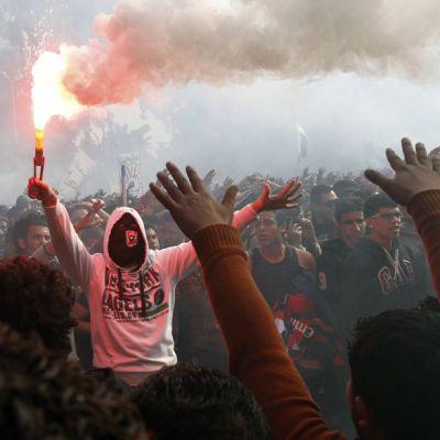 Al-Ahly -jalkapallojoukkueen kannattajat juhlivat tuomioistuimen päätöksen johdosta Kairossa 26. tammikuuta.