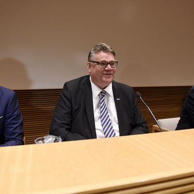 Vasemmalta, puolueiden puheenjohtajat, kokoomuksen Alexander Stubb, perussuomalaisten Timo Soini ja keskustan Juha Sipilä hallituspohjan tiedotustilaisuudessa eduskunnan Pikkuparlamentissa Helsingissä torstaina.