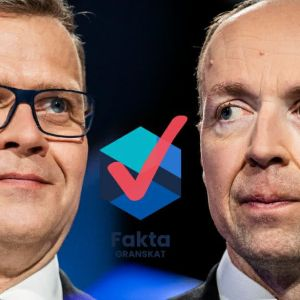 Petteri Orpo och Jussi Halla-Aho tittar på varandra i Yles stora valdebatt inför kommunalvalet 2021