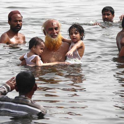 Ihmiset vilvoitelevat vedessä.