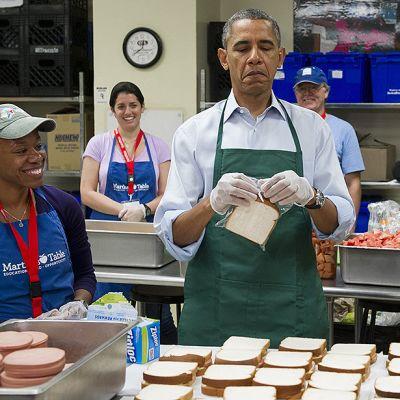 Yhdysvaltain presidentti Barack Obama valmistaa liittovaltion eri virastojen työntekijöiden kanssa voileipiä.