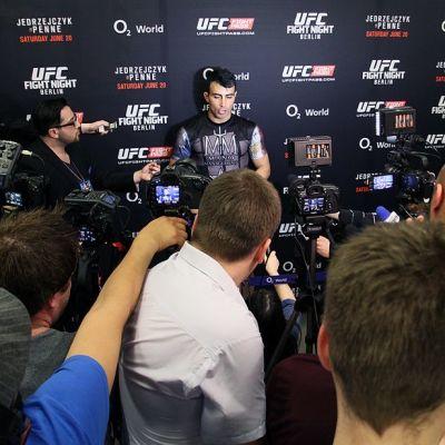Makwan Amirkhani Berliinin UFC-illassa lehdistön keskellä