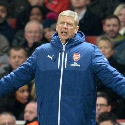 Arsenalin manageri Arsène Wenger levittelee käsiään kentän laidalla.