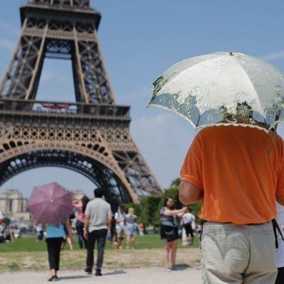 Pariisin Eiffel-torni houkuttelee turisteja, mutta jonot voivat olla pitkiä. Tornissa vierailee vuosittain lähes seitsemän miljoonaa ihmistä.