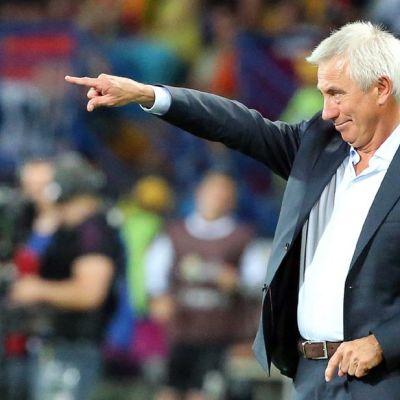 Hollannin maajoukkueen valmentaja Bert van Marwijk ohjeistaa pelaajiaan kentän laidalla.