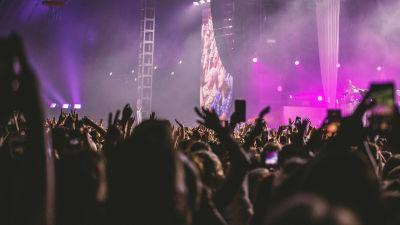 Yleisöä Robynin keikalla Flow-festivaaleilla vuonan 2019.
