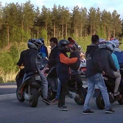 Kuvassa nuoria ja mopoja Pietarsaaressa.