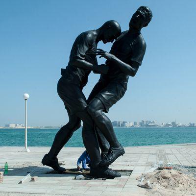 Työmiehiä patsaan ympärillä