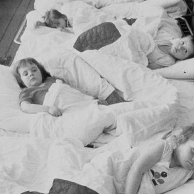 Tshernobylin ydinvoimalaonnettomuus. Kollektiivitilan lastensairaalan potilaita, jotka sairastavat radioaktiivisen säteilyn aiheuttamia suolistovaivoja.