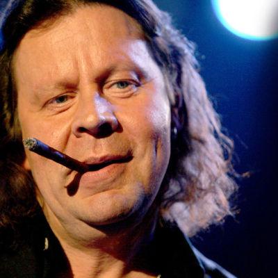 Juice Leskisen muistokonsertti. Muusikko Pate Mustajärvi (Pauli Mustajärvi), polttaa sikaria.