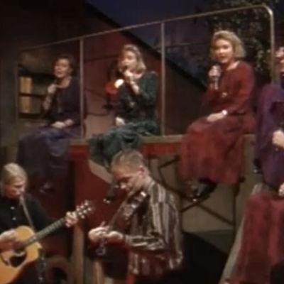 Värttinä esiintyy vuonna 1991 ohjelmassa KANGASTUSTA: UGRILAINEN RAPSODIA.