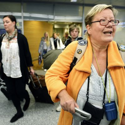 Tuija Friman palasi Finnmatkojen myöhästyneellä lomalennolla Phuketista, Samaran välilaskun kautta, Helsinki-Vantaan lentoasemalle, 8. tammikuuta 2013.