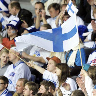 Suomen maajoukkueen kannattajia Suomi-Slovakia -pelissä 4. toukokuuta.