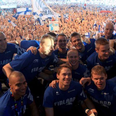 Suomen pelaajat poseeraavat fanilauman edessä.