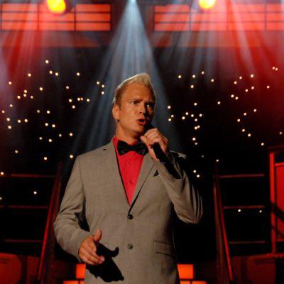 Mikko Mäkeläinen laulaa.