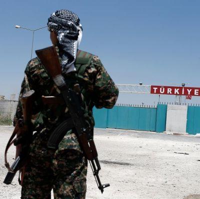 YPG-soldat vid gränsövergången Tel al-Abyad i Syrien den 23 juni 2015.