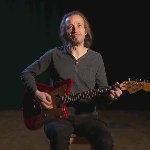 Musikern Jarkko Martikainen spelar gitarr.