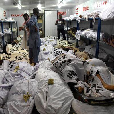 Tilanne Karachin ruumishuoneella.