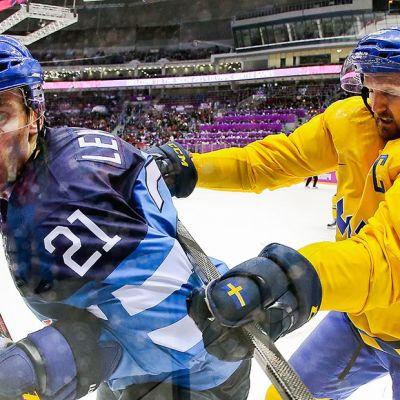 Olympialaisten jääkiekkoturnauksessa Suomen Jori Lehterä sai maistaa länsinaapuri Niklas Kronwallin mailasta.