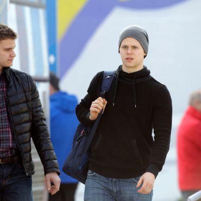Aleksander Barkov jr. ja Olli Määttä lentokentällä.
