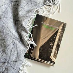 """Catharina Gripenbergin runoteos """"Ottaisit käteni, kummallista"""" torkkuhuovan päällä"""