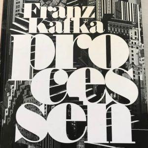"""Pärmbild av Franz Kafkas bok """"Processen""""."""