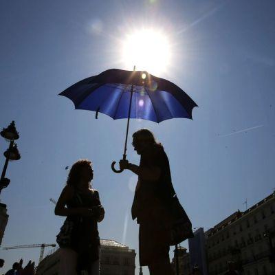 Puerta del Sol on Madridin vilkkaimpia ja tunnetuimpia aukioita. Helteinen päivä kesäkuussa 2015.