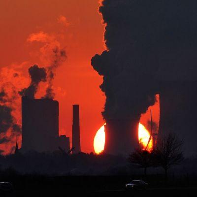 Savua sekä höyryä nousee kivihiilivoimalan jäähdytyslaitteista Neurathissa, lähellä Saksan Kölniä.