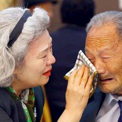 vanha nainen pyyhkii vanhan miehen kyyneliä