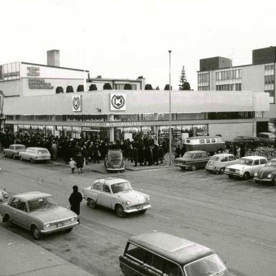 Perhelän kauppakortteli kukoisti Järvenpään keskustassa 1960-luvulla.