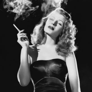 Rita Hayworth elokuvassa Gilda. Kuva tv-dokumentista Glamour elokuvissa.