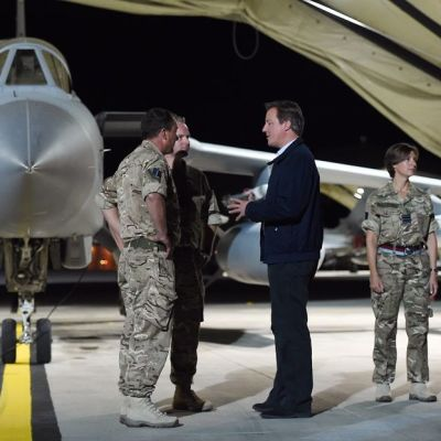David Cameron tapaamassa Britannian ilmavoimien Tornado-hävittäjälentäjiä Akrotirin tukikohdassa Kyproksella.