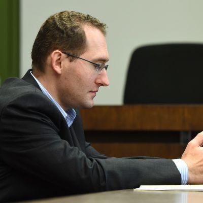 Kuvassa entinen Saksan tiedustelupalvelun työntekijä Markus Reichel istuu oikeussalissa.
