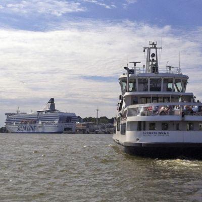 Suomenlinnan lautta takaapäin lähtee liikkeelle.