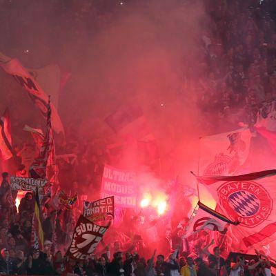 Bayern Münchein fanit polttavat soihtuja katsomossa.