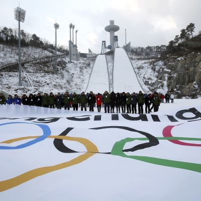 Olympiarenkaat Pyeongchangin mäkihyppypaikan edustalla.