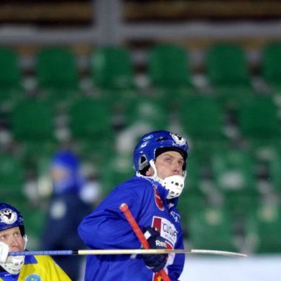 Kazakstanin Denis Slautin taistelee pallosta Suomen Sami Laakkosen kanssa.