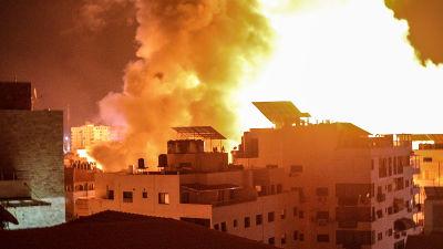 Rökpelare och lågor över Gaza City natten till tisdagen, då de israeliska flygräderna fortsatte