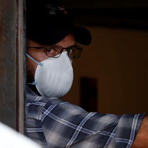 Myndigheter står vid en dörröppning till Kinas konsulat i Houston