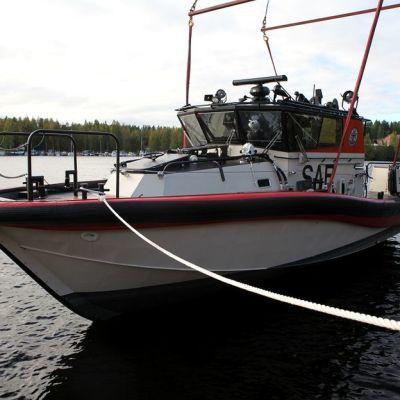 Järvipelastajien uusi vene vesillä.