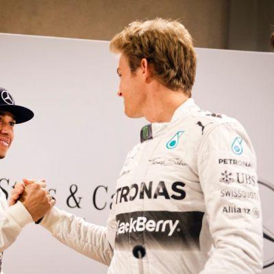 Lewis Hamilton (vas.) ja Nico Rosberg.