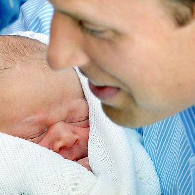 Prinssi William poikansa kanssa St. Mary`sin sairaalan edessä 23. heinäkuuta.
