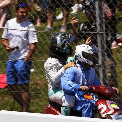 Nico Rosberg poistui radalta skootterilla.