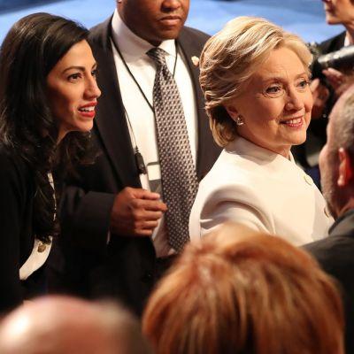 Huma Abedin ja Hillary Clinton ihmisten keskellä.