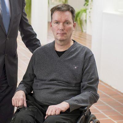 Ilkka Piispanen istuu pyörätuolissa. Hän sairastaa etenevää, liikehermoja tuhoavaa sairautta.