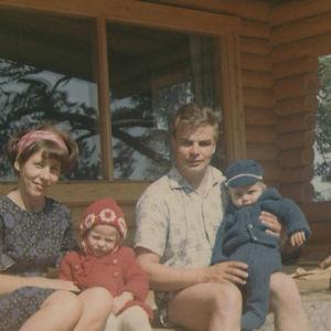 Räisäsen perhe 1960-luvulla kesämökin kuistilla.