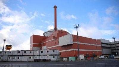 Kärnkraftverket Olkiluoto 3:s röda reaktorbyggnad fotograferad utifrån.