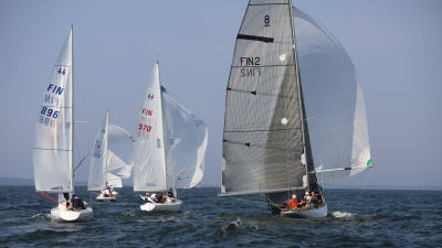 Flera segelbåtar i havet.