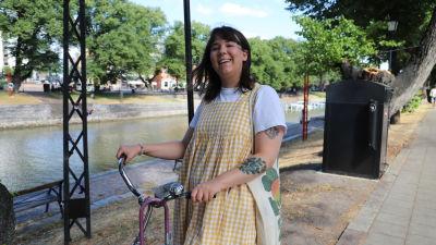 Fanny står med sin cykel vid aura å.