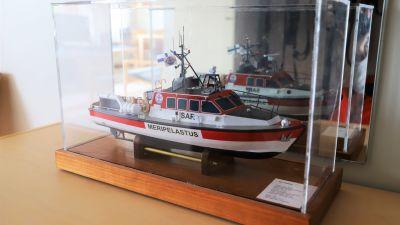 En miniatyrmodell av en röd sjöräddningsbåt.